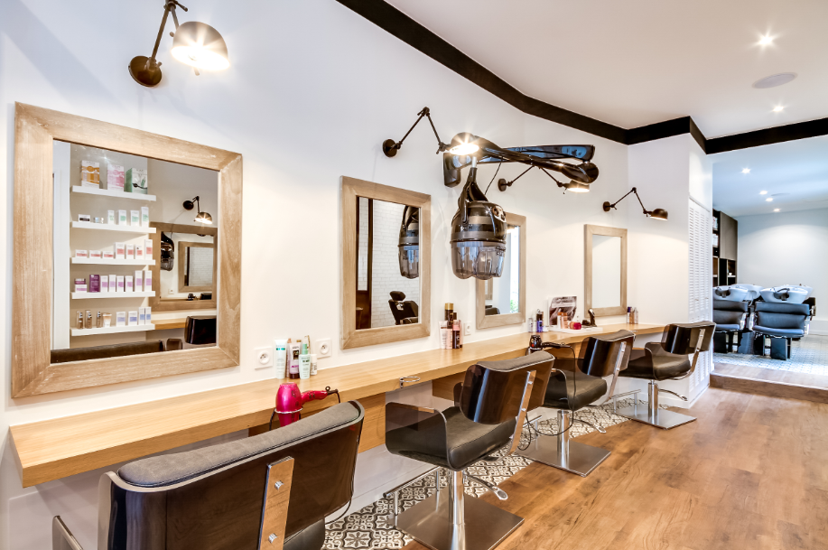 Métamorphose d\'un salon de coiffure à Paris par l\'agence At-Ôme